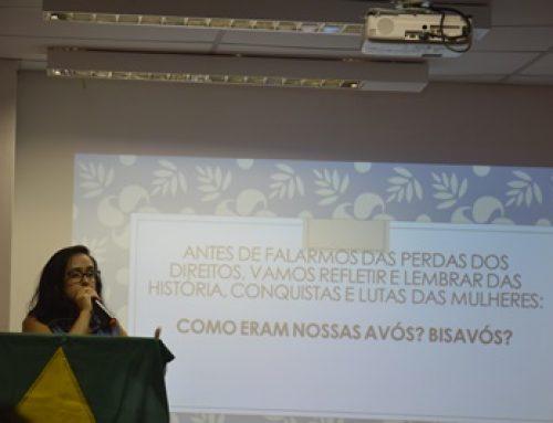 Coordenadora do SINTEST/UFERSA palestra durante o Encontro da Mulher Trabalhadora