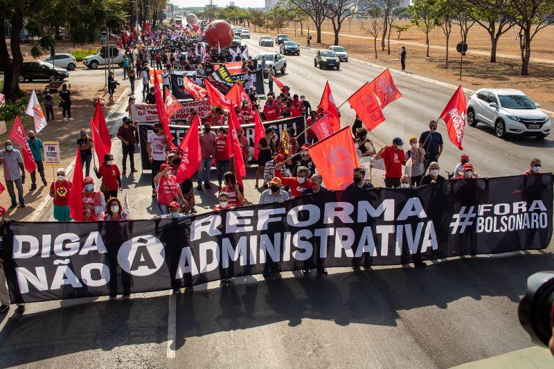 Atos de servidores marcam a luta contra a PEC 32 em Brasília